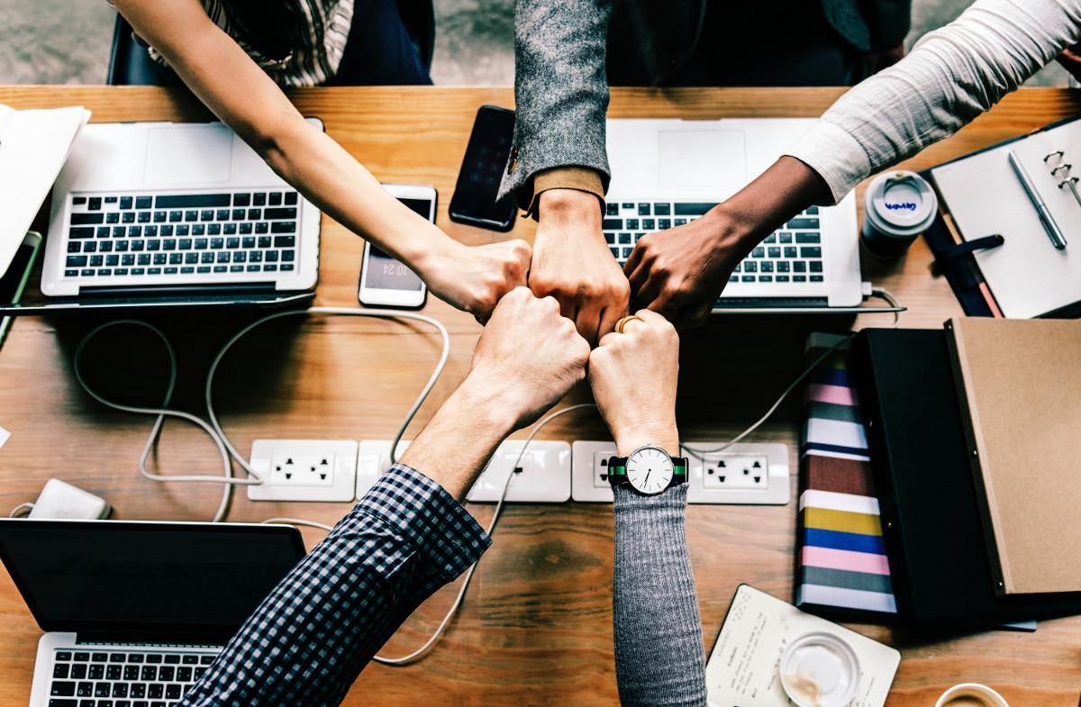 Individuo, gruppo, organizzazione: una trama complessa tra emozioni e realtà